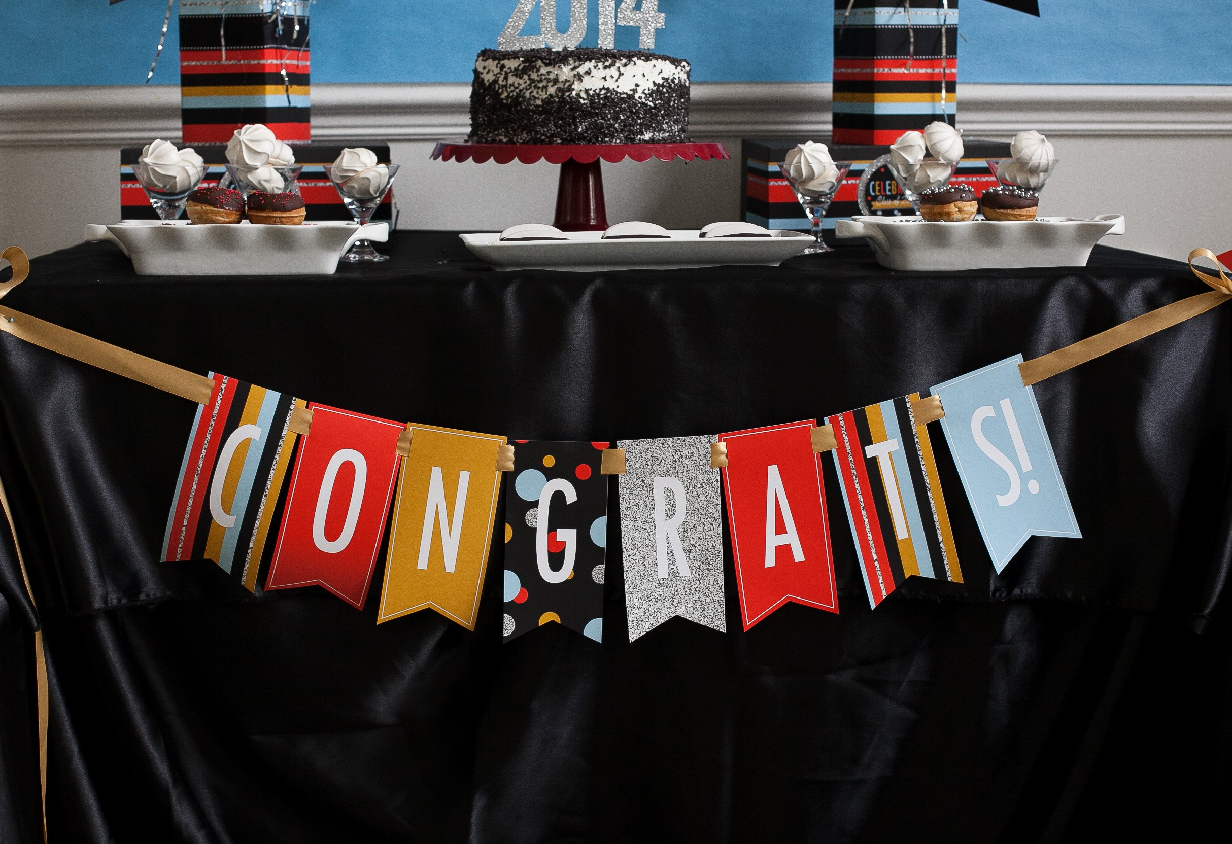 Graduation Table Ideas graduation display table below are examples of candy bar cakes please click on them Graduation Party Ideas Banner