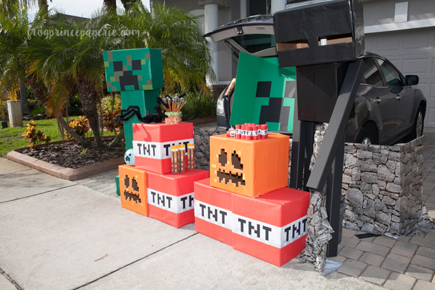 Trunk or treat ideas for your Minecraft fans! They'll love it!