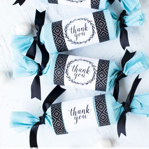 Party crackers for an easy wedding favor idea - click to see the full party favor tutorial!